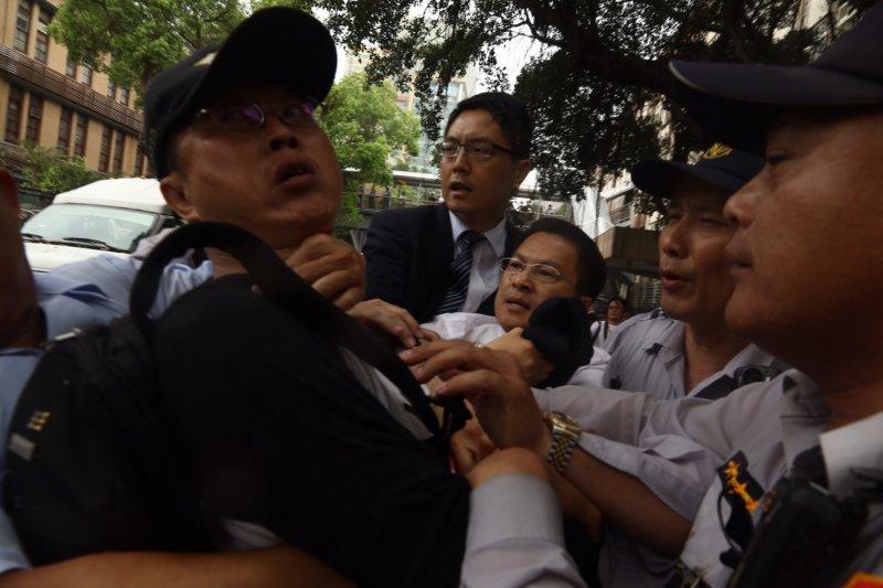 2017-04-19-反年金改革軍公教團體包圍立法院抗議-魏明谷遭拉扯06-曾原信攝