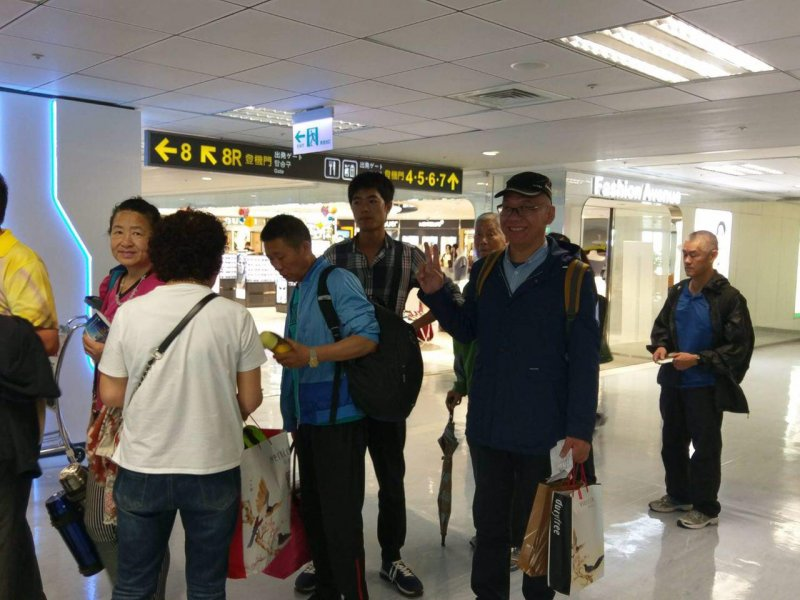 2017-04-19-中國民運人士張向忠原欲跳機尋求政治庇護,卻於今早10點燈機返國,並購買伴手禮。(風傳媒)