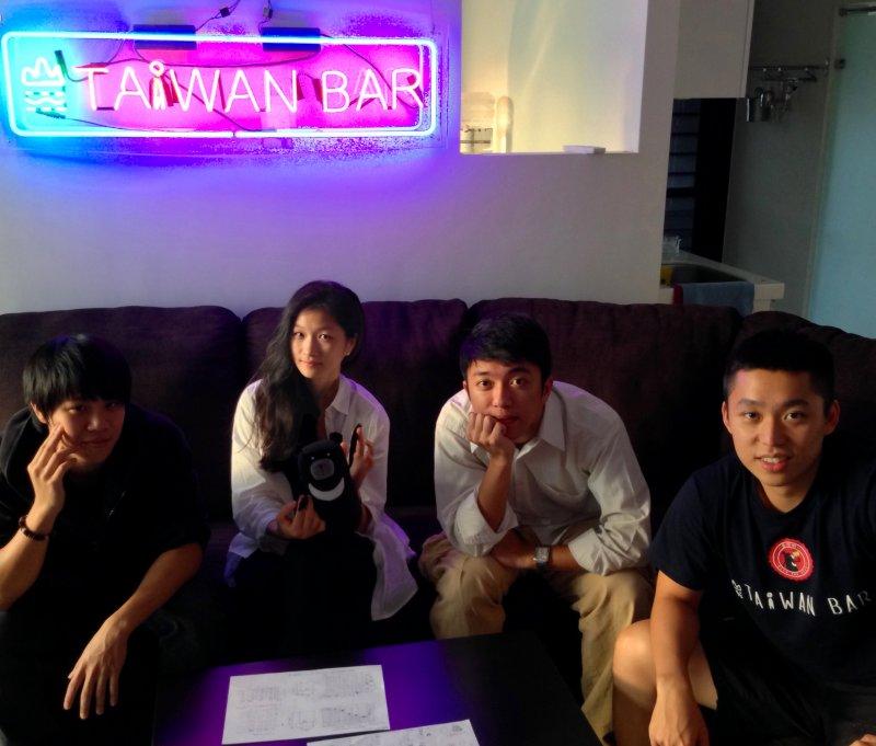 才能各異,這4個年輕人靠熱情打造「台灣吧」。(圖/平安文化提供)