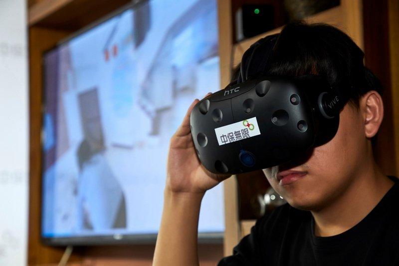 在生活館內,民眾可以透過虛擬實境來感受各種智能設備與生活的息息相關。(圖/中保無限家提供)