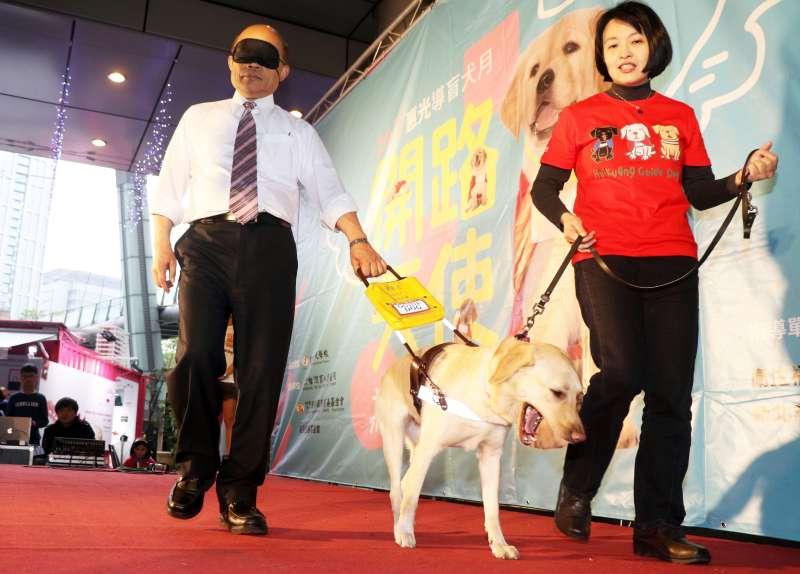 20170422-前行政院長蘇貞昌出席導盲犬月活動,現場體驗遮住眼睛後,由導盲犬引導步行的感受。(蘇仲泓攝)