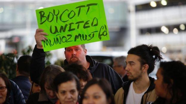 美國民眾對聯航的怒火早已超越種族界限,其他膚色人種也加入聲討行列。(BBC中文網)