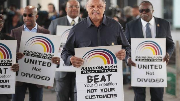 美國一名人權運動領袖傑克遜(Jesse Jackson)也加入抗議陣營,要求聯航不要再暴力待客。(BBC中文網)