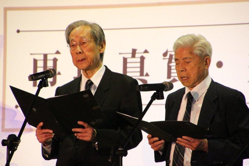 圖2__50年代難友蔡焜霖(左)、楊國宇等領唱千峰之歌紀念陳孟和苦難的青春.jpg
