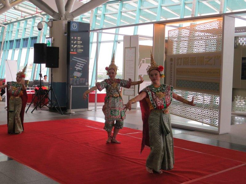 「打開亞洲之門」記者會由四面泰傳舞團的泰國傳統舞蹈表演開場。(圖/謝敏政攝)