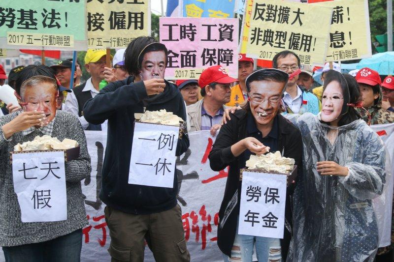 2017-04-24-五一勞工「反剝削、要保障」大遊行行前記者會,勞工團體演出行動劇,諷刺砍7天假、一例一休-陳明仁攝