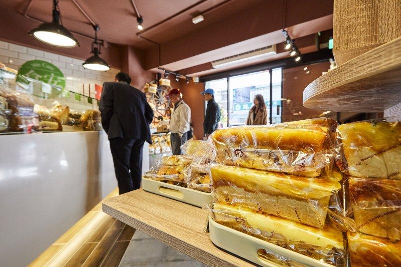 設置在社區內的生活館,讓居民們可以一邊在這裡購買麵包或享用咖啡,一邊認識與生活息息相關的智能服務。(圖/中保無限+提供)