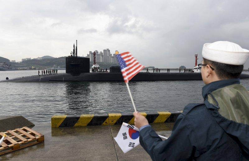 美軍核動力潛艦密西根號駛入釜山港。(美聯社)