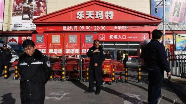 警察在北京的一家樂天超市外巡邏。因為給薩德提供用地,韓國樂天遭到中國的抵制,有數十家超市關門。(BBC中文網)