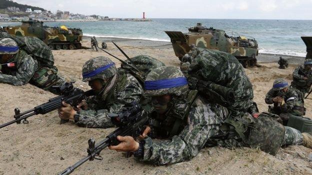 4月2日美、韓軍隊在韓國浦項進行聯合軍事演習。中國擔心薩德會導致韓國進一步加強和美日的軍事同盟。(BBC中文網)
