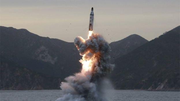 朝中社3月22日發佈的照片稱北韓從水下試射了一枚彈道飛彈,但南韓稱這次試射失敗。圖片上所指的導彈具體發射時間不詳。(BBC中文網)