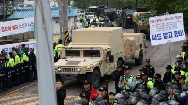 韓國出動數千警力護送薩德組件運抵部署現場。(BBC中文網)