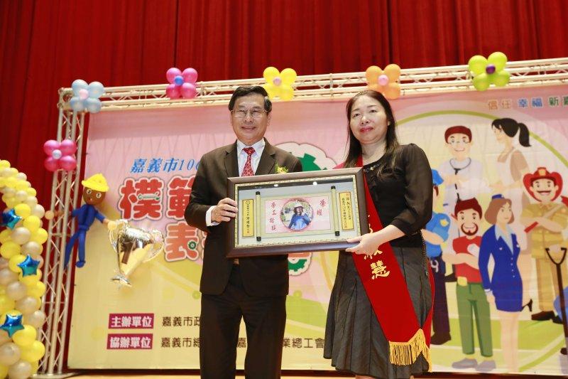 涂醒哲市長表揚模範勞工鄭淑慧。(圖/嘉義市政府提供)