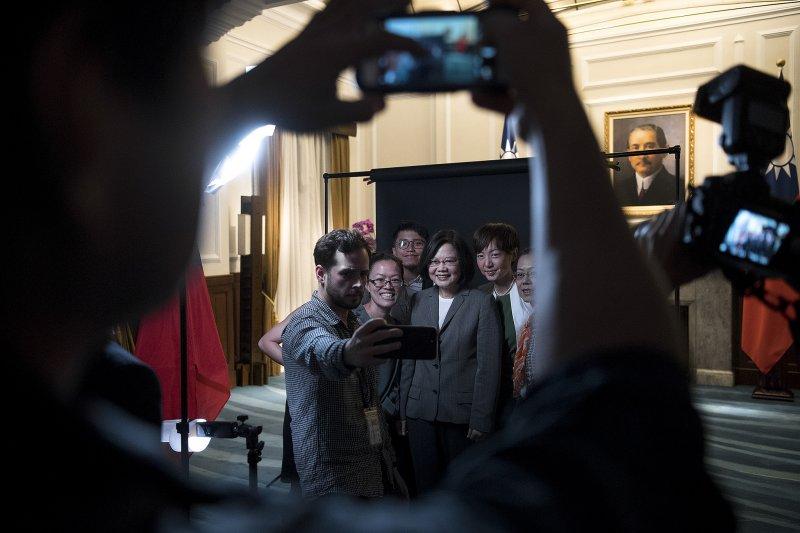路透今(27)日獨家專訪蔡英文,對於兩岸關係,蔡英文特別希望「期待習近平像個大國的領導人,不要被傳統和舊官僚制約,做出錯誤的判斷。」(總統府提供)
