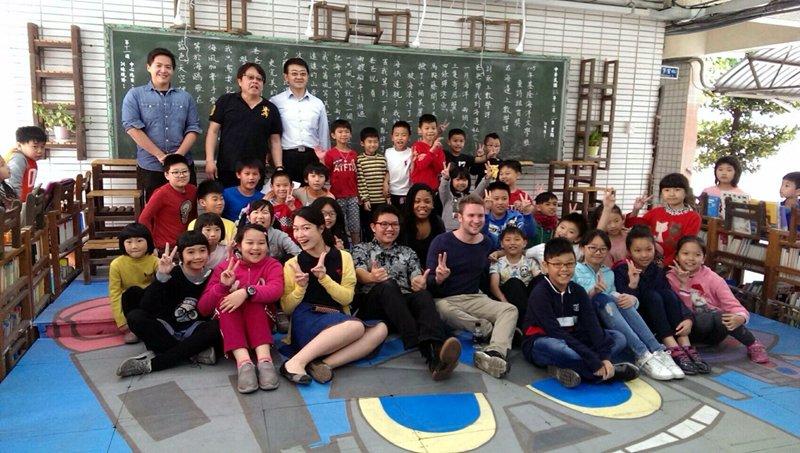 有機會與外籍學生互動,增加國際視野,合影留念。(圖/張毅攝)