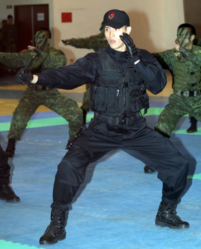 20170428-國防部下午舉行國軍形象劇「最好的選擇」開鏡儀式。圖為男主角陳禕倫表演戰技,展現訓練成果。(蘇仲泓攝)