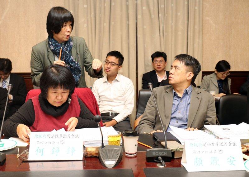 20170428-總統府司法改革國是會議第四分組會議上午召開。圖為分組委員陳瑤華(站立者)、顏厥安(前右)兩人交換意見。(蘇仲泓攝)