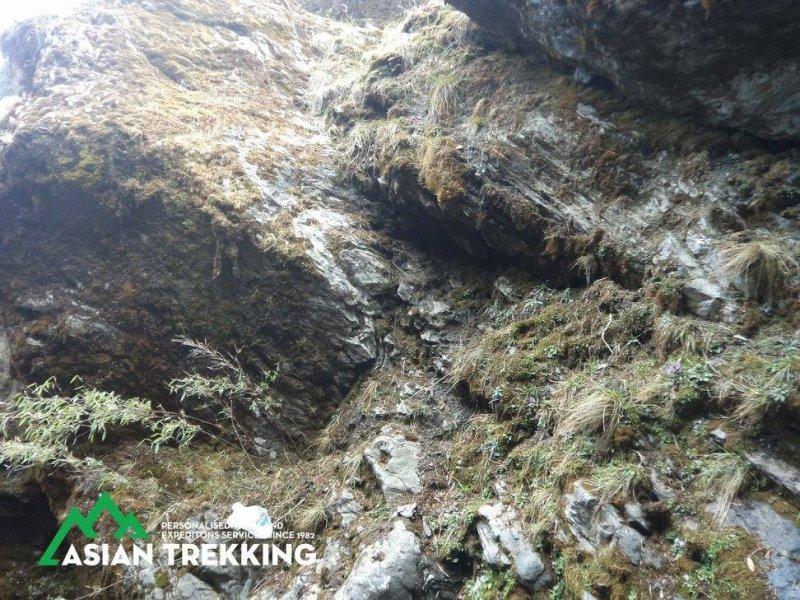在尼泊爾山區失蹤、獲救的台灣健行客梁聖岳,這是通往他藏身洞穴的險坡(Asian Trekking 臉書)