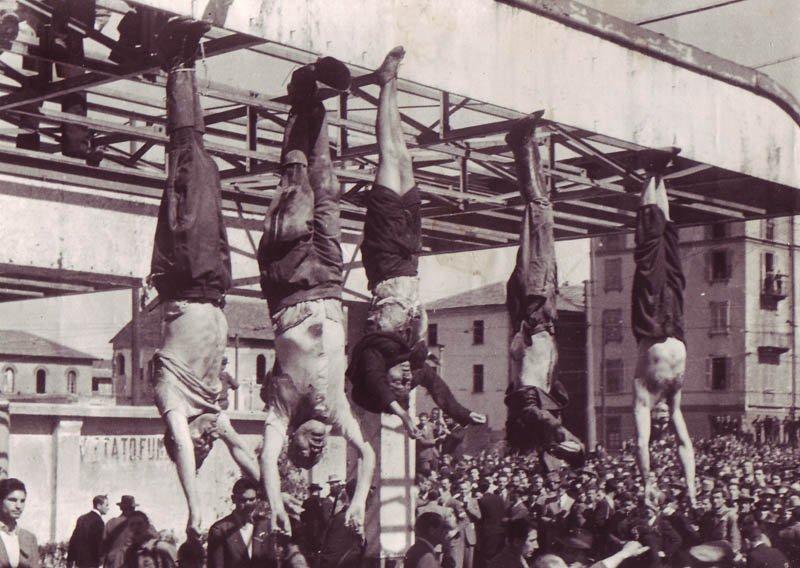 1945年4月29日墨索里尼與他的情婦貝塔西的屍體被弔起示眾。(維基百科公有領域)