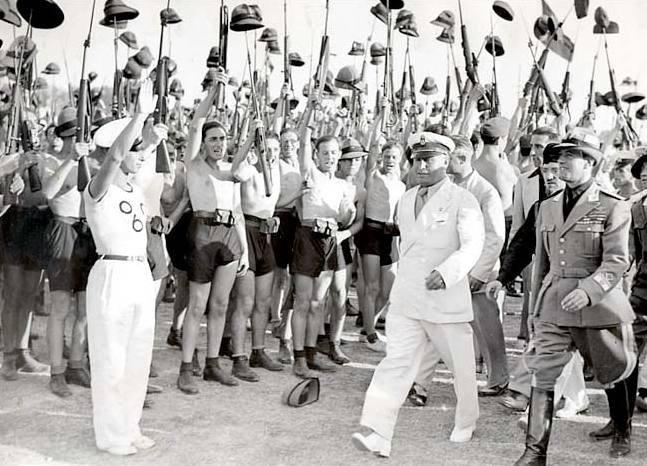 1935年,墨索里尼與其年輕的支持者。(維基百科公有領域)
