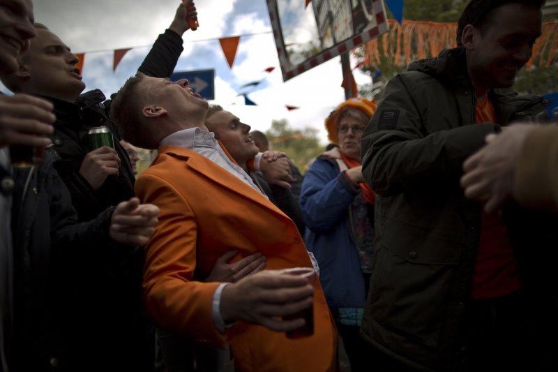 荷蘭4月27日歡慶國王節,全國都穿上橘色衣物慶祝。(美聯社)