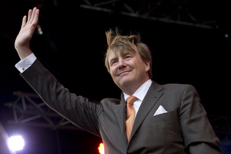 荷蘭4月27日歡慶國王節,全國都穿上橘色衣物慶祝,國王也打上橘色領帶接受大家祝福。(美聯社)