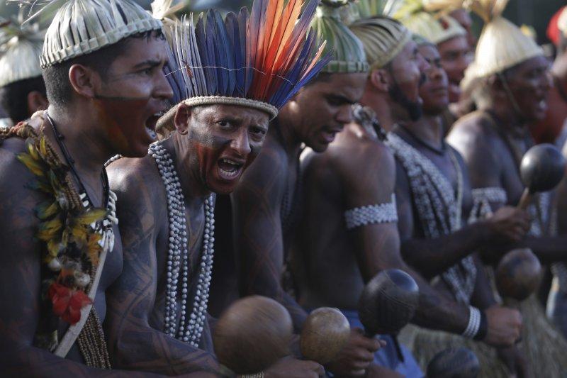 抗議政府上修退休年齡,巴西多城市發動百萬人大罷工。巴西原住民也抗議政府破壞亞馬遜生態(美聯社)