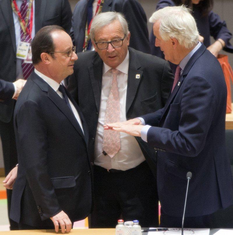 歐盟為因應英國脫歐,29日下午召開特別高峰會,中間為歐盟執委會主席容克,左為法國總統奧朗德(美聯社)
