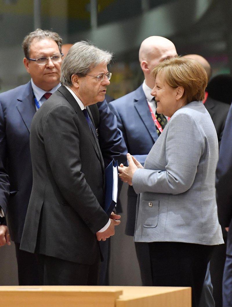 德國總理梅克爾(右)與義大利總理詹蒂洛尼在29日的歐盟特別高峰會上談話(AP)