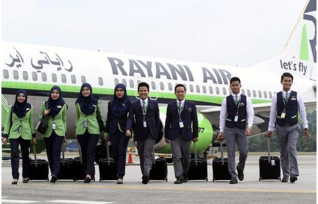 Rayani Air遵守伊斯蘭教義,女性空服員配戴頭巾。(BBC中文網)