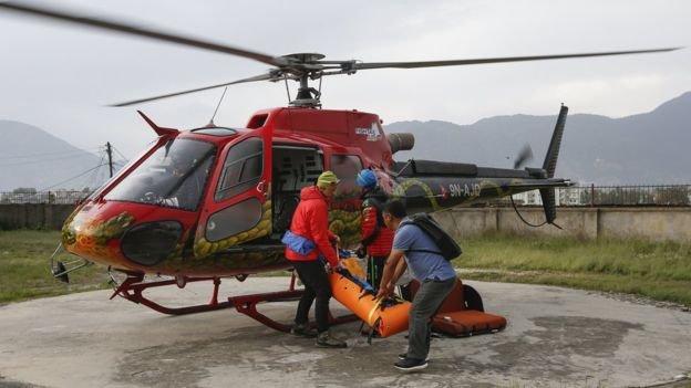 山難搜救人員把斯特克的遺體用直升機移送加德滿都一家醫院停放。(BBC中文網)