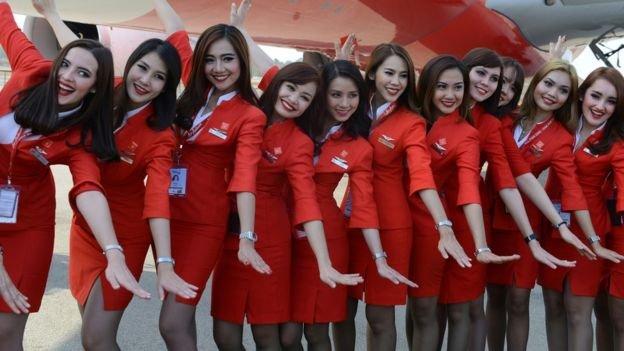 亞洲航空空服員緊身、露出腿部的制服被部份人士認為太過性感。(BBC中文網)