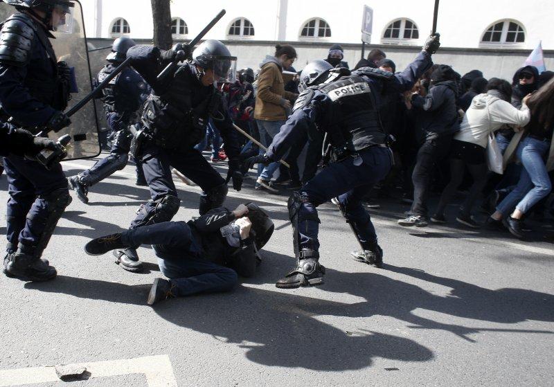 法國五一遊行發生暴力衝突,鎮暴警察也回擊抗議民眾。(美聯社)