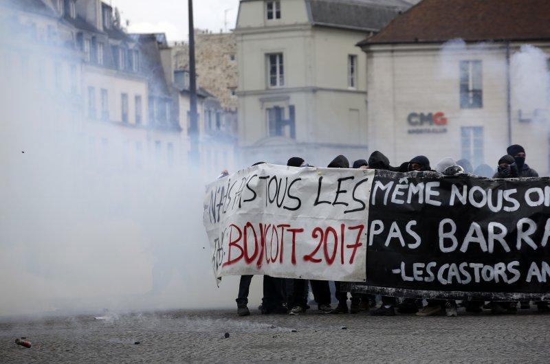 法國五一勞動節大遊行適逢總統大選,傳出多起暴力衝突。(美聯社)