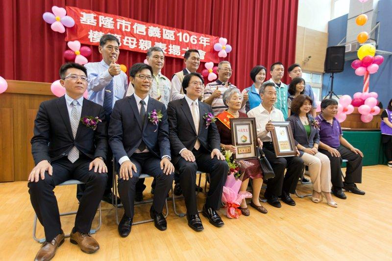 林右昌市長與受表揚的模範母親合影。(圖/張毅攝)