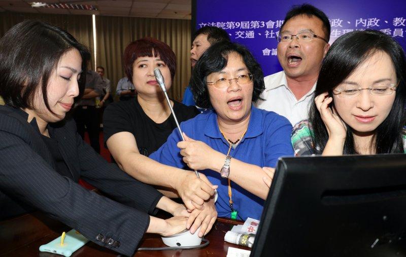 20170504-前瞻基礎建設審查 搶麥克風(蘇仲泓攝)