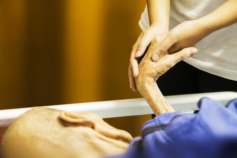 老人、病床、病房、臨終、安樂死、照顧、長照。(取自Pixabay)