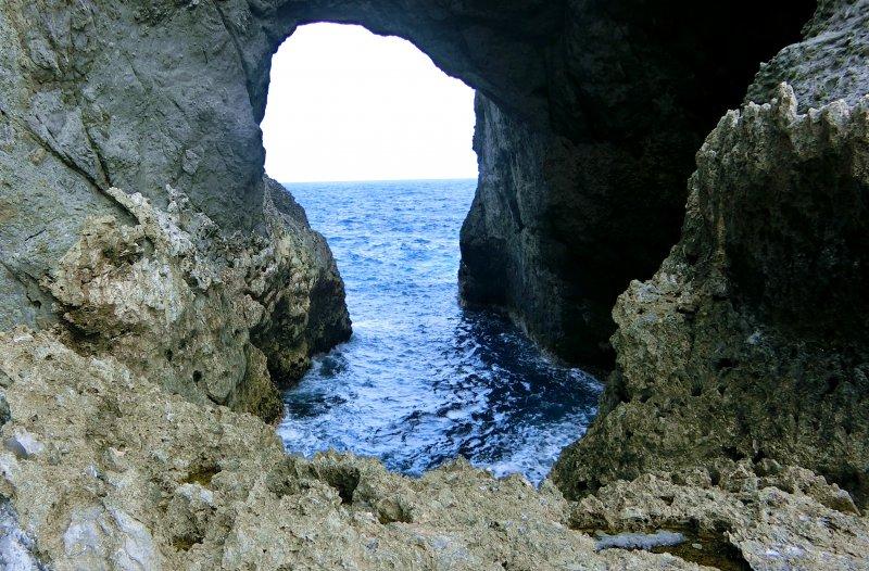 著名景點情人洞,呈現海天一線的特殊景觀。(圖/俞嘉琦 拍攝)