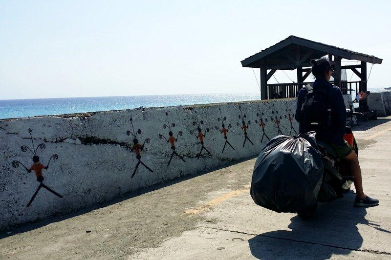 越來越多遊客在回程時會攜帶島上垃圾回本島丟棄、保護蘭嶼環境。(圖/俞嘉琦 拍攝)