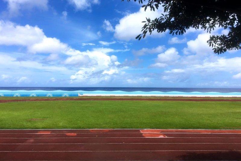 椰油國小與大海相鄰,校內建築充滿達悟族特色。(圖/俞嘉琦 拍攝)