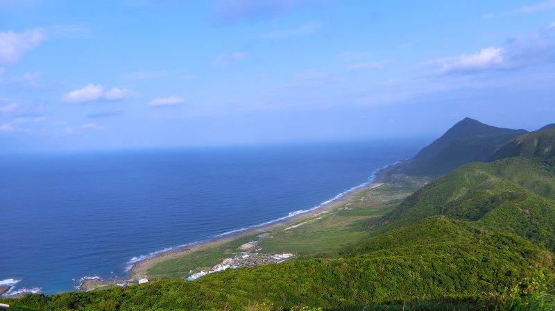 從蘭嶼氣象台可以遠望全島的景色,十分壯觀。(圖/俞嘉琦 拍攝)