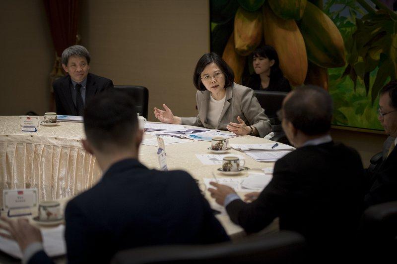 蔡英文總統5日在總統府,接受印度、印尼、馬來西亞、菲律賓、新加坡、泰國等南亞及東南亞國家媒體聯訪。(總統府提供)