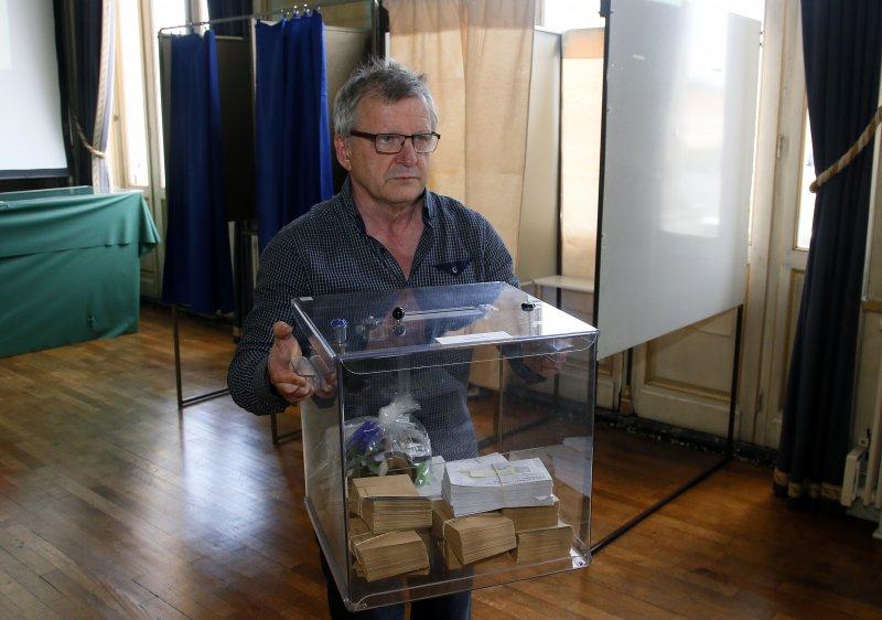 法國7日將開始大選二輪投票,選舉工作人員小心處理選票。(美聯社)