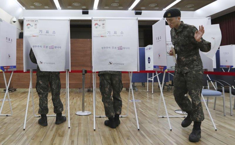 南韓今日開始為期2天的不在籍投票,已有超過1000萬人投票,相當踴躍。(美聯社)