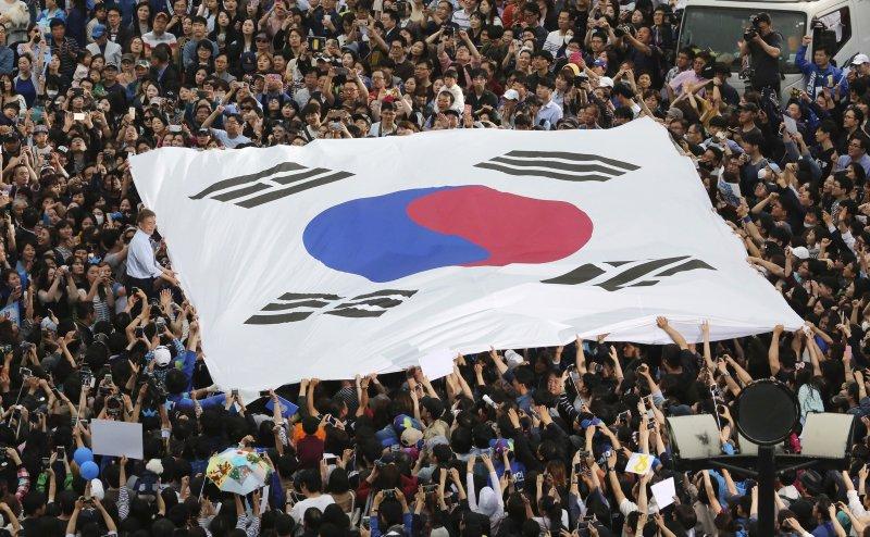 南韓今日開始不在籍投票,已有超過1000萬人投票,相當踴躍。(美聯社)