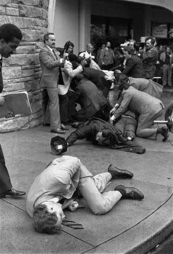 同行的白宮新聞秘書詹姆斯・布雷迪和一名華盛頓當地警察以及一名聯邦特工也在槍擊中受傷。