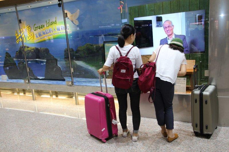 20170509 兩名香港遊客仔細觀看桃園國際機場文化櫥窗內講述的綠島人權文化園區白恐受難者故事(圖由文化部提供)