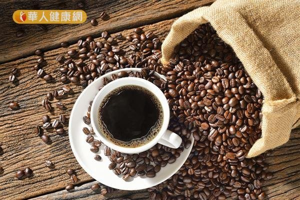 美國研究發現,每天飲用超過500毫克咖啡因,可能增加子宮肌瘤的風險。(圖/華人健康網提供)