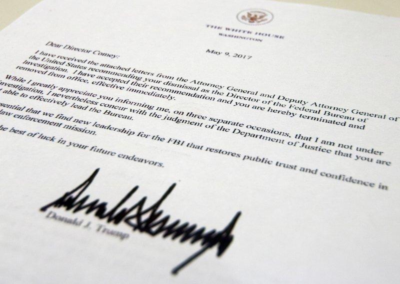 美國總統川普9日突然將聯邦調查局(FBI)局長柯密解職,這是川普親筆簽名的解職令。(AP)