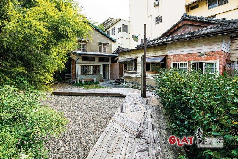 沿著斜坡走下,便可以看到這棟百年日式老屋的全貌。(圖/台中好生活提供)